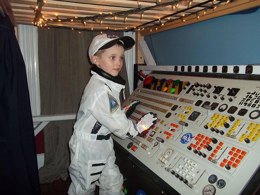 5. Капитанска конзола на космически кораб
